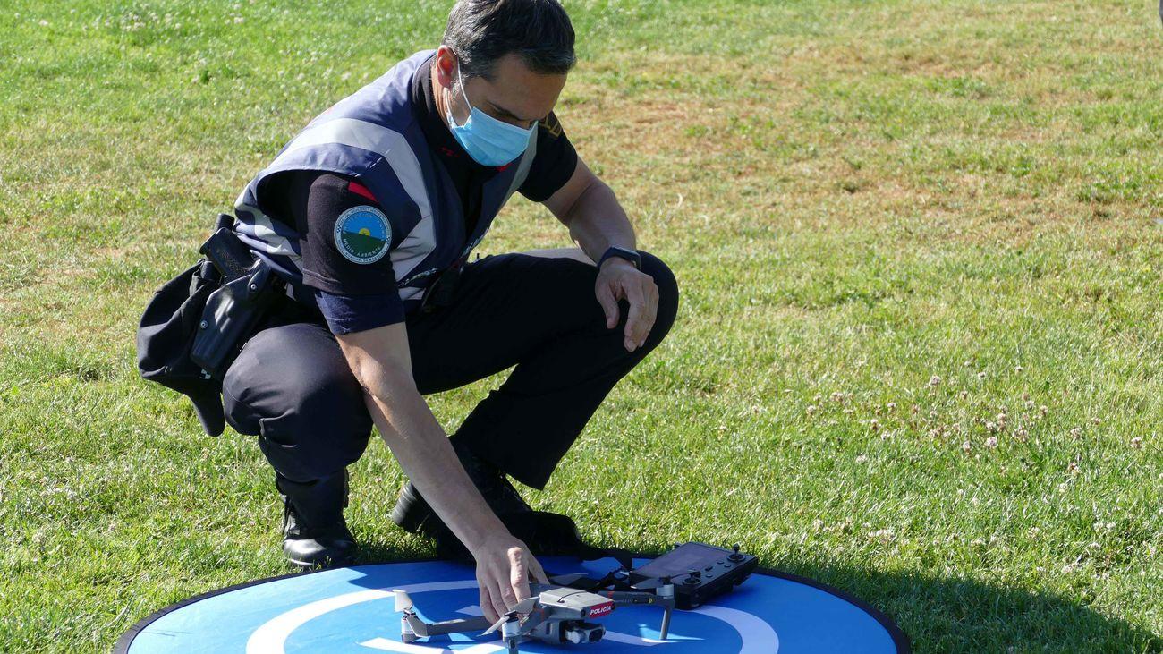Un policía municipal de Móstoles prepara el vuelo del dron