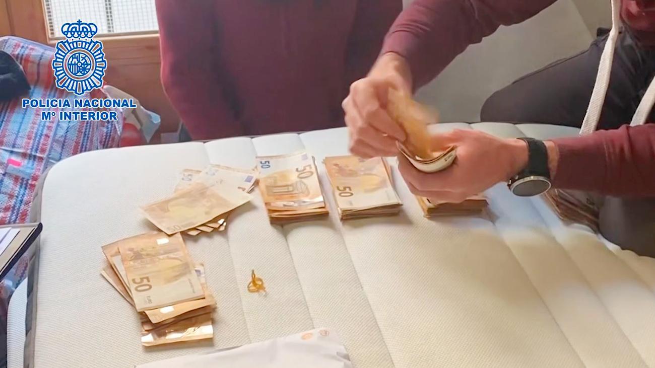 Dinero decomisado por la Policía Nacional de la banda de estafadores