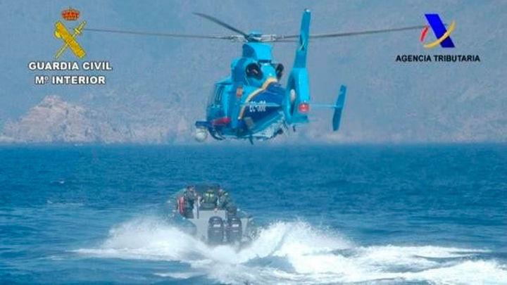 Muere un funcionario de Aduanas al caer al mar su helicóptero cuando perseguía a unos narcos en el Estrecho