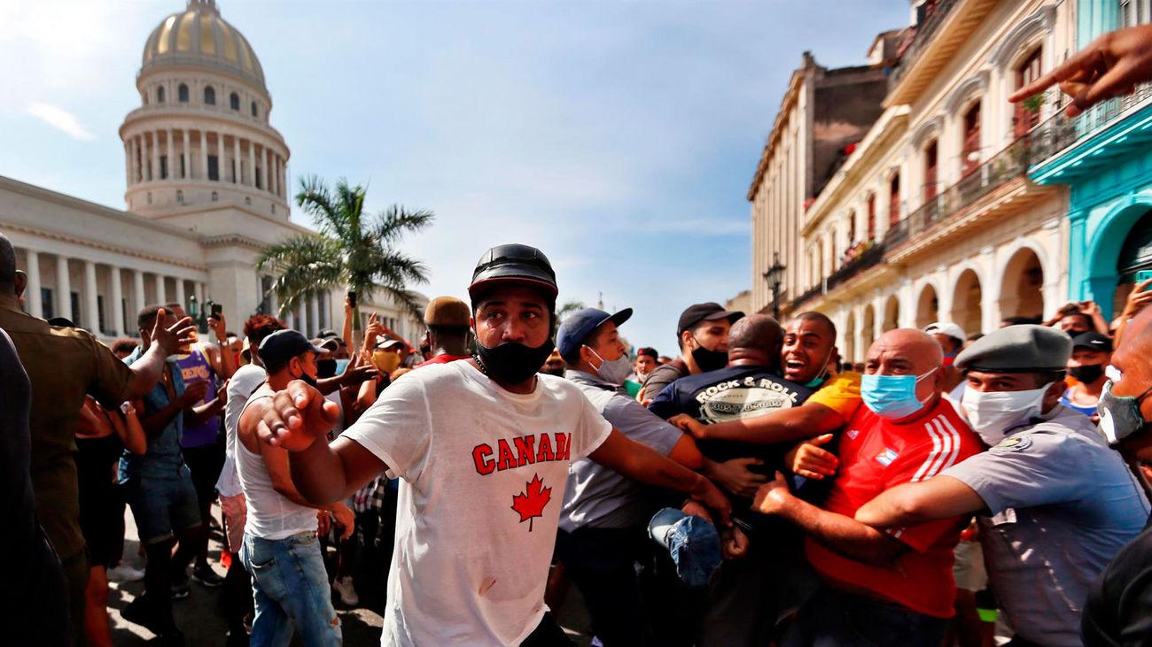 La Policía detiene a manifestantes en la protesta frente al Capitolio habanero