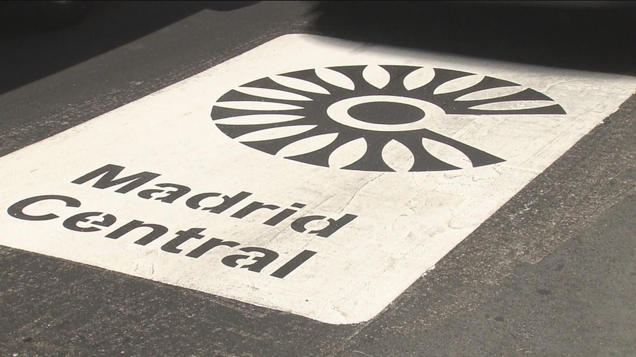 Cartel en la calzada de la zona de bajas emisiones de Madrid Central