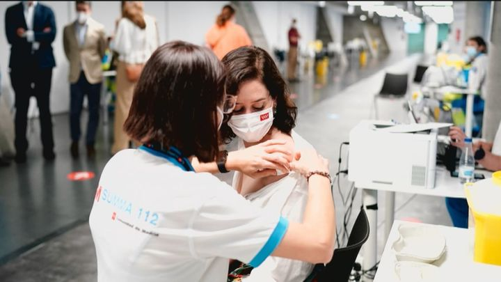 Ayuso se vacuna con una dosis de Pfizer en el WiZink Center