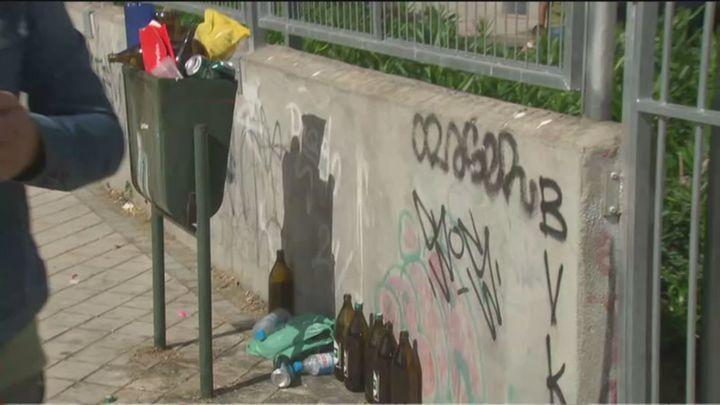 Las canchas municipales de Vallecas se convierten en un 'botellódromo'