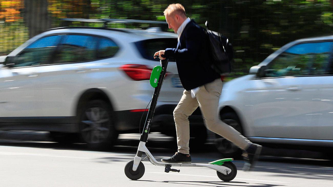 Usuario de un patinete circulando por Madrid
