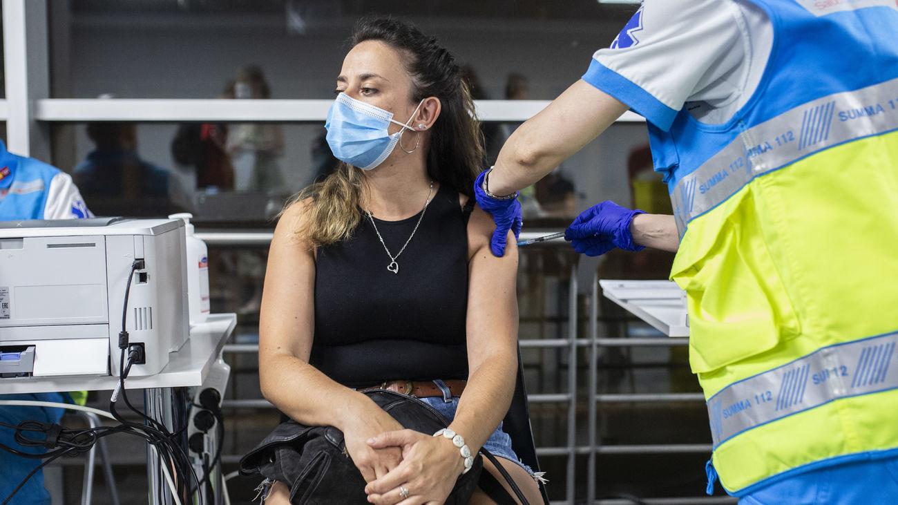 Joven recibiendo una vacuna