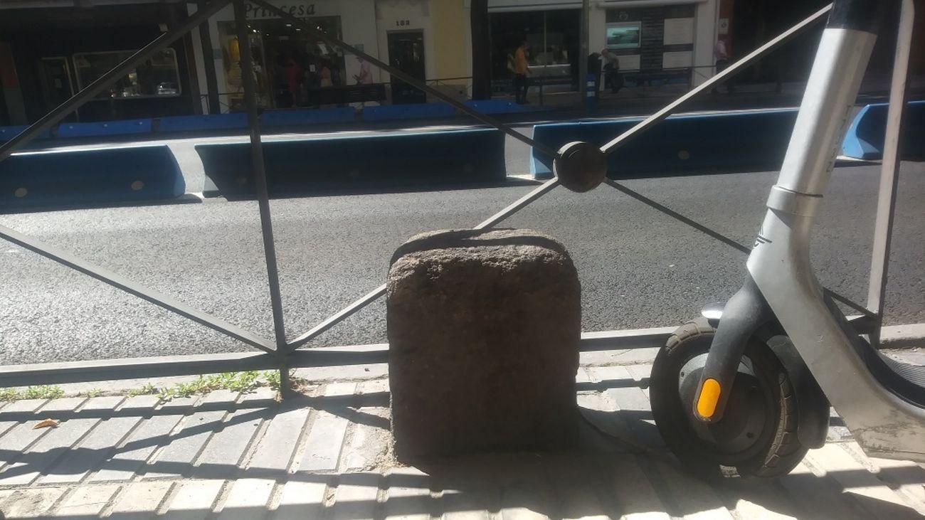 Mojón de la Cañada Real de Madrid, sin protección, frente al 181 de la calle de Alcalá