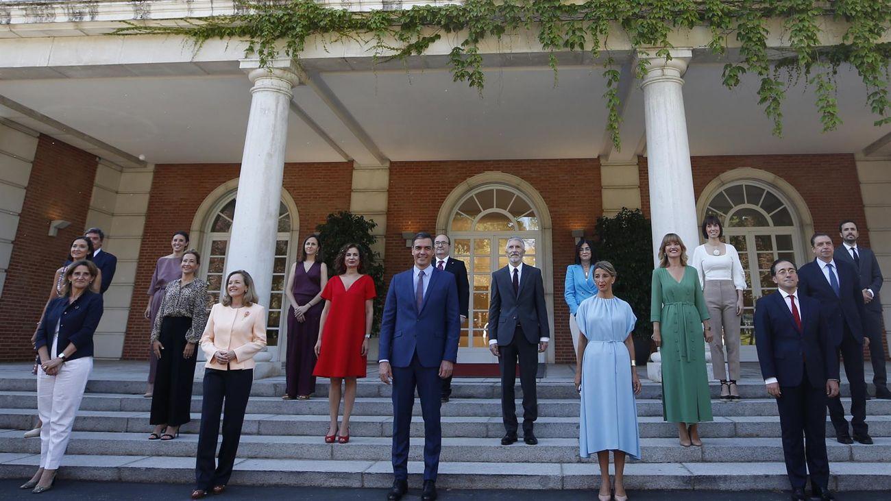 Foto de familia del nuevo Gobierno de Pedro Sánchez en las escalinatas del Palacio de la Moncloa