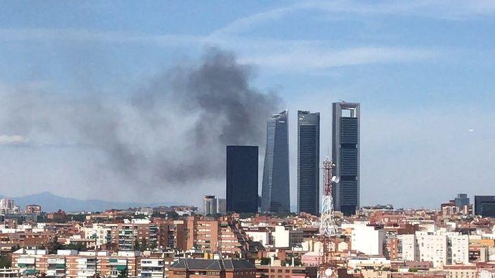 Un pequeño incendio en Fuencarral provoca una columna de humo visible en casi todo Madrid