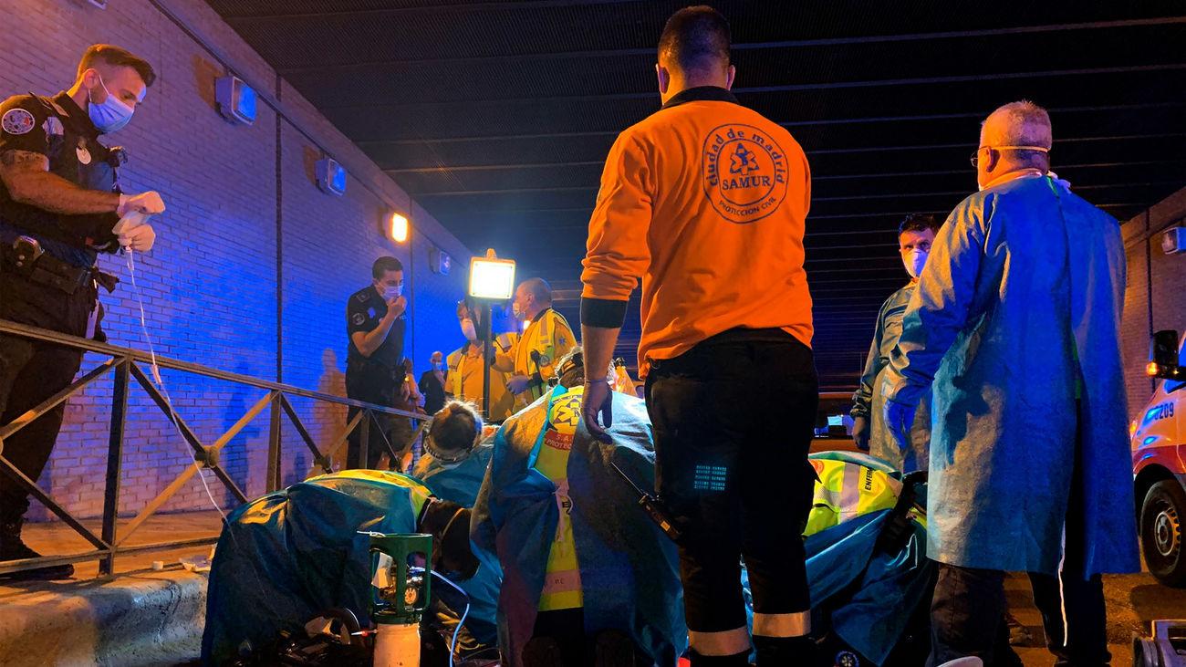 Sanitarios del Samur intentan reanimar a un joven de 18 años apuñalado en Pacífico