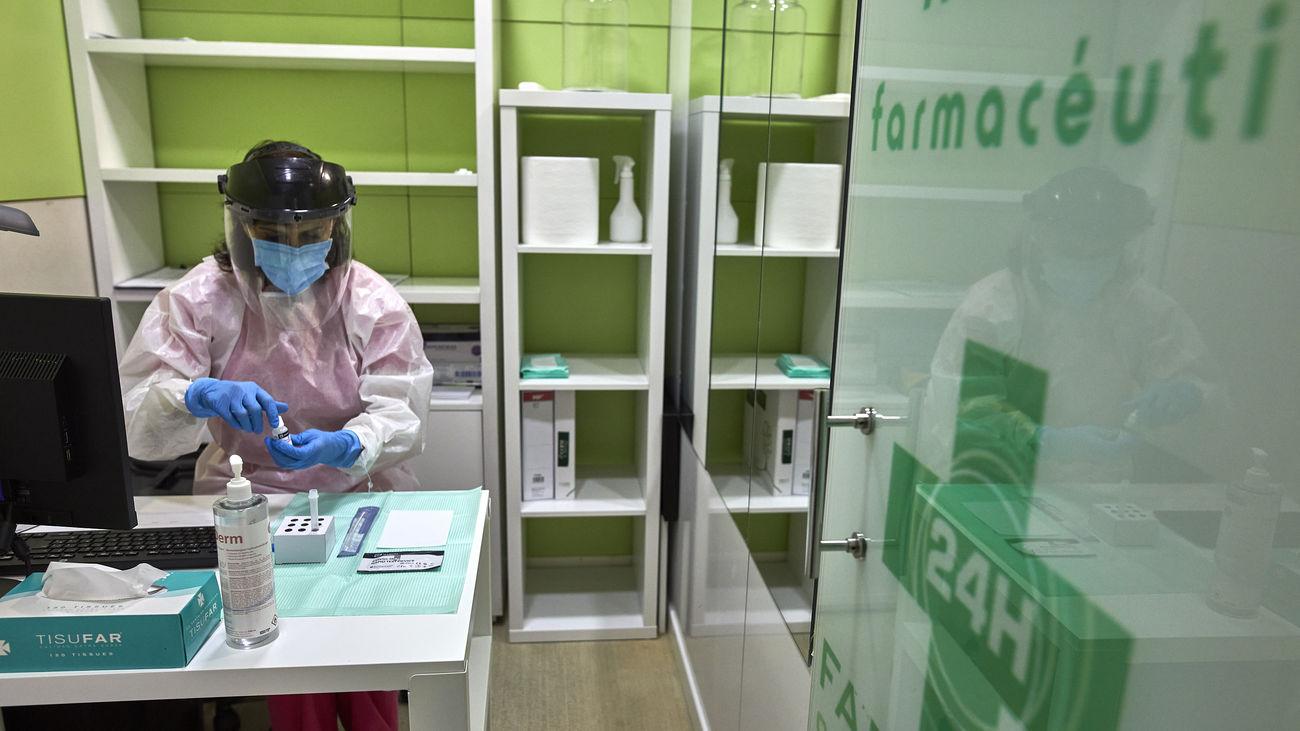 Una farmacéutica prepara un test de antígenos