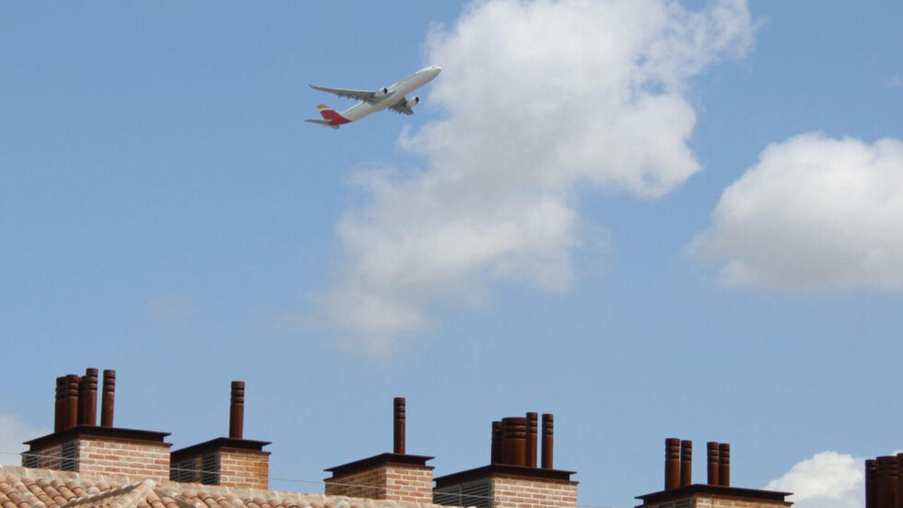 Un avión sobrevuela el casco urbano de San Fernando de Henares