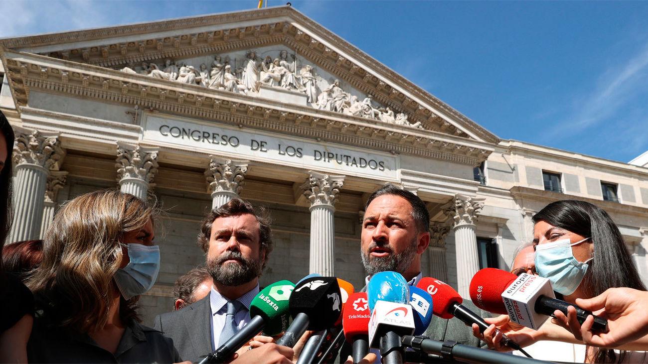 Santiago Abascal atiende a los medios junto a Espinosa de los Monteros y a Macarena Olona