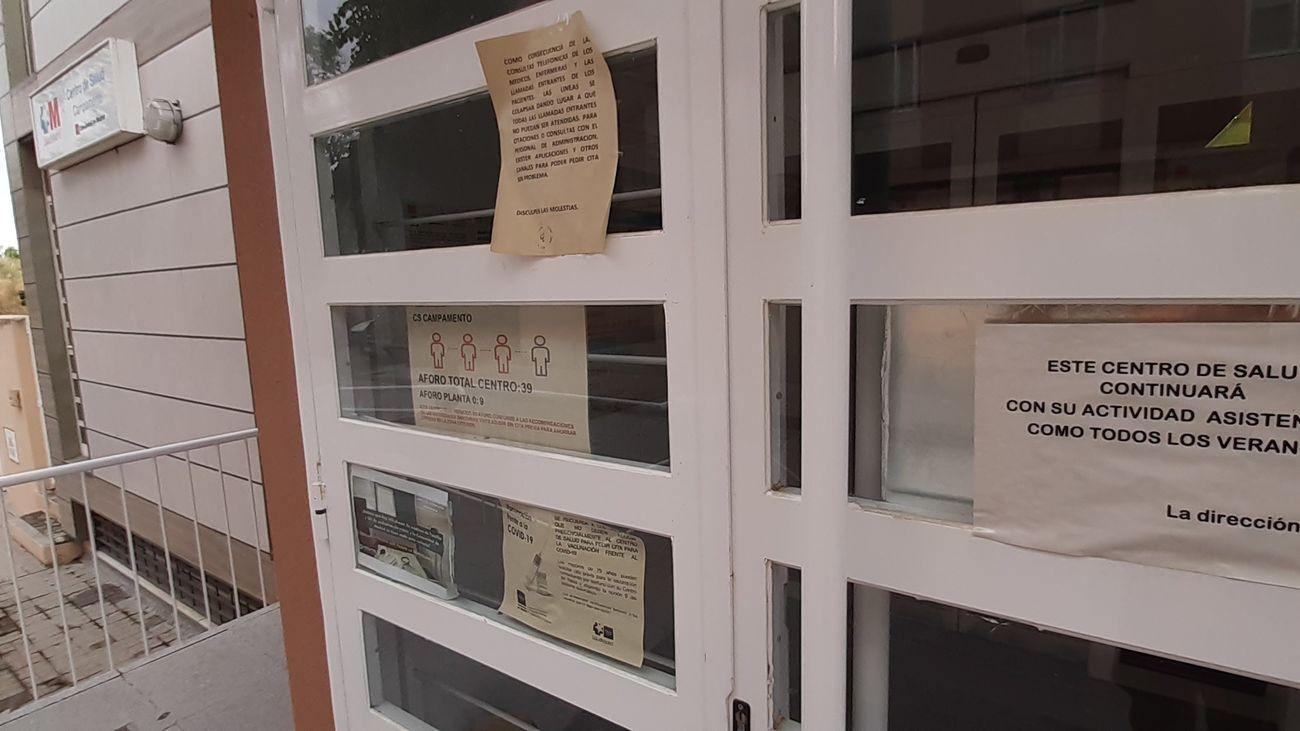 Cartel a la entrada de un centro de salud asegurando la apertura estival