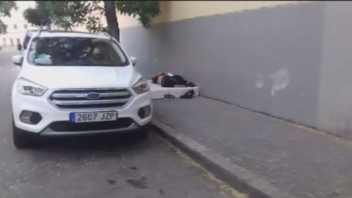 Denuncian que una pareja de indigentes duerme a las puertas de un colegio de Usera