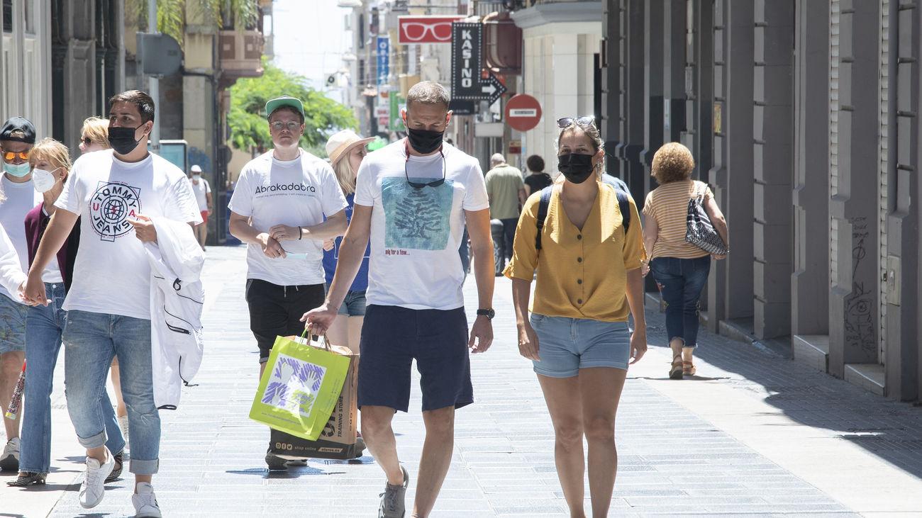 Gente paseando por Santa Cruz de Tenerife