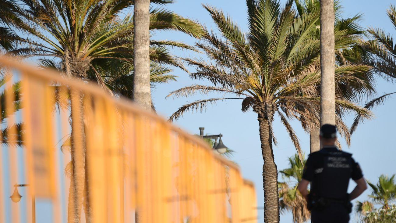 Agente de la policía local en la playa de la Malvarrosa, en Valencia