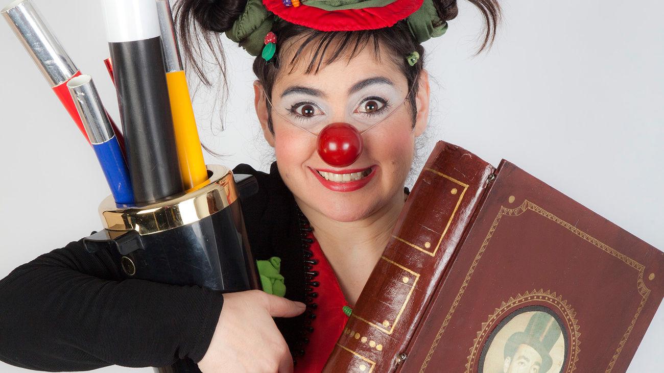 La payasa Mandarina recibe clases de su abuelo, el gran ilusionista y prestidigitador Antón Chipirón en el Festiclown