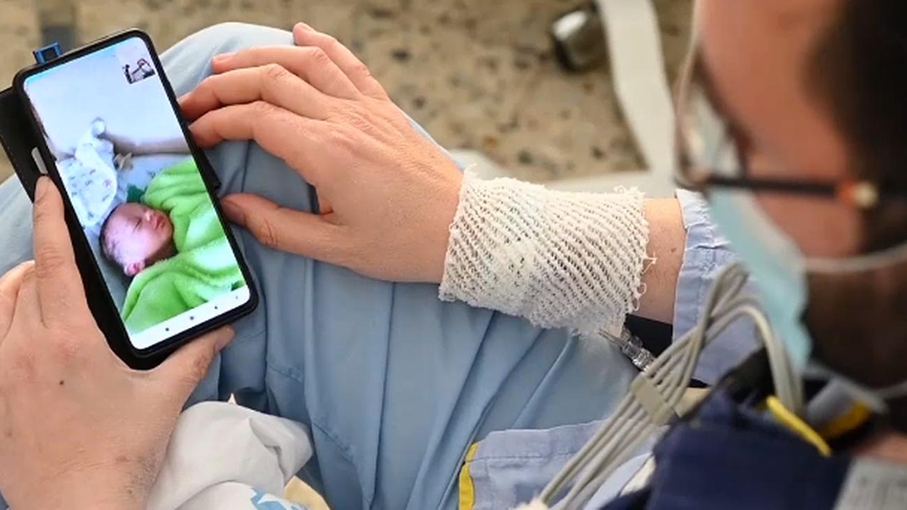 Un paciente usa su móvil en el hospital