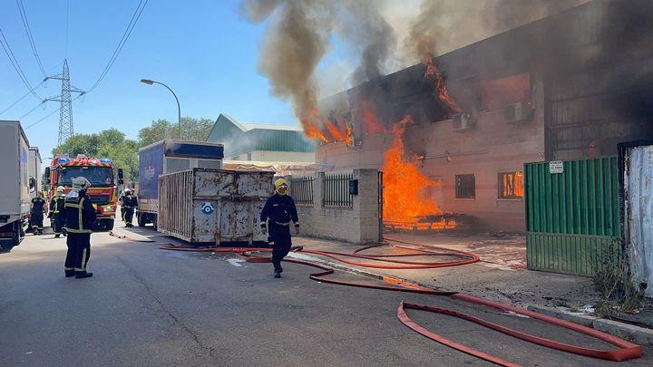 Un incendio en una nave industrial desata una gran columna de humo en Paracuellos de Jarama