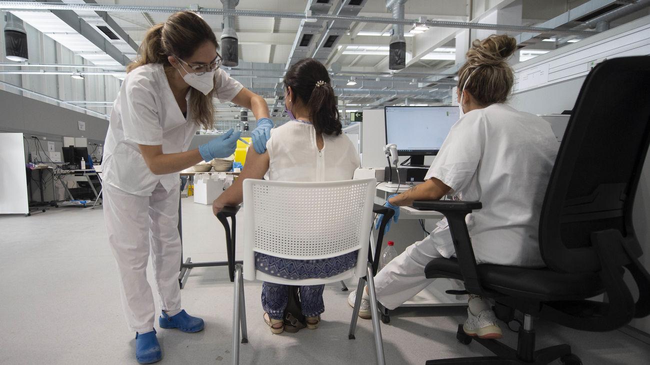 Una enfermera administra una vacuna contra el coronavirus