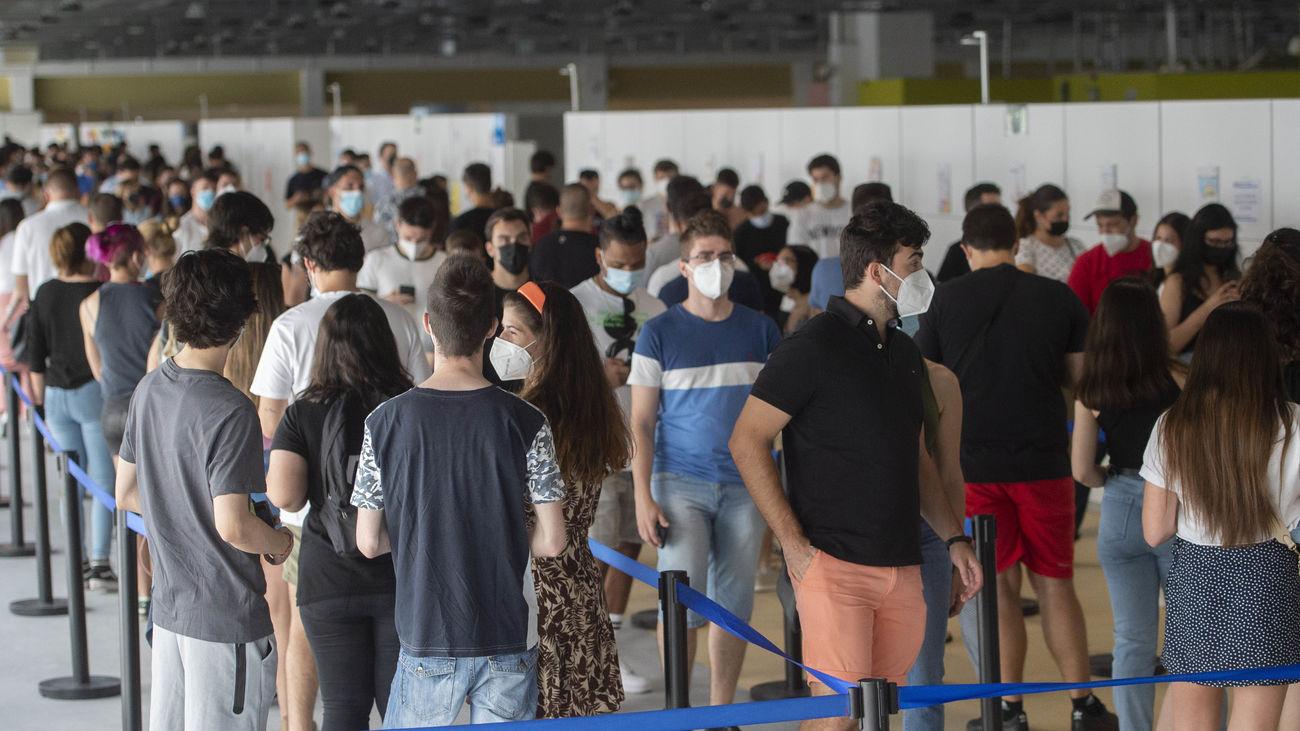 Jóvenes esperan para recibir la vacuna contra el coronavirus