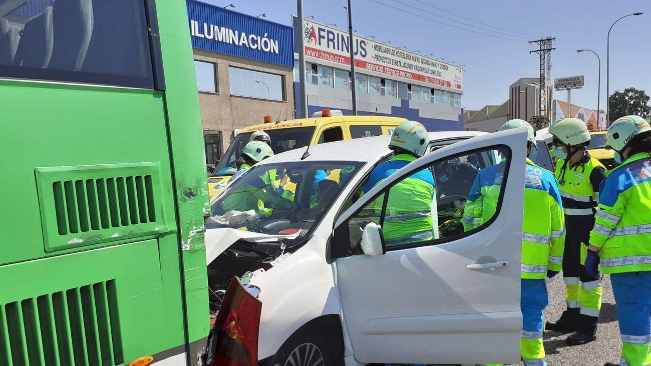 Equipos de emergencias atienden a los heridos dentro de sus vehículos