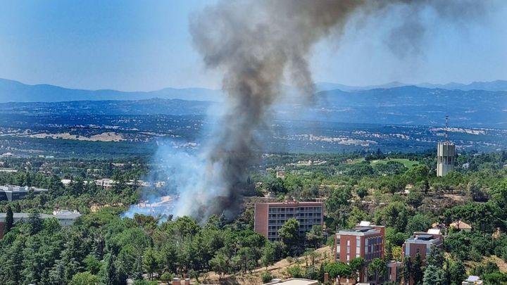 Un incendio en la zona de Ciudad Universitaria deja una gran columna de humo en Madrid