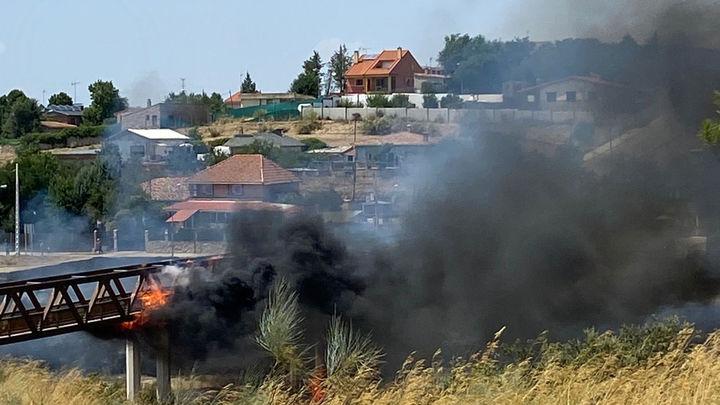 Extinguido el incendio de la pasarela de Parque Coímbra y Parque Guadarrama, en Móstoles