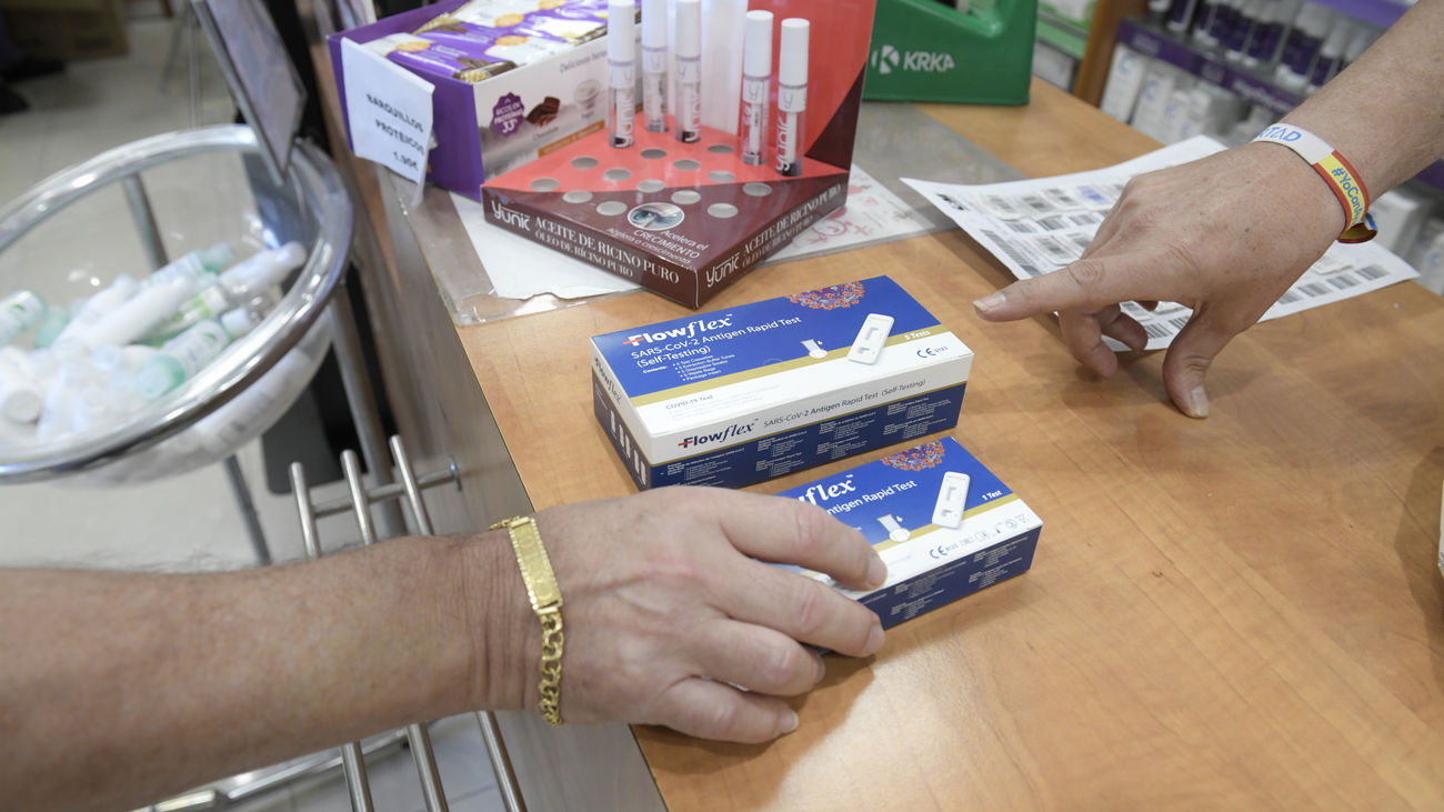 Un hombre compra un test de diagnóstico de Covid en una farmacia