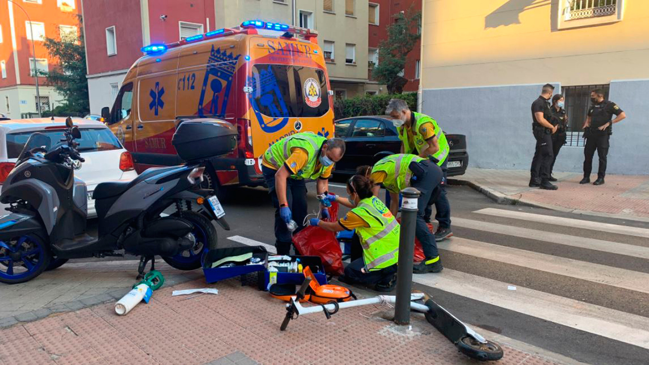 Sanitarios de Samur Protección Civil de Madrid atienden a un patinador atropellado