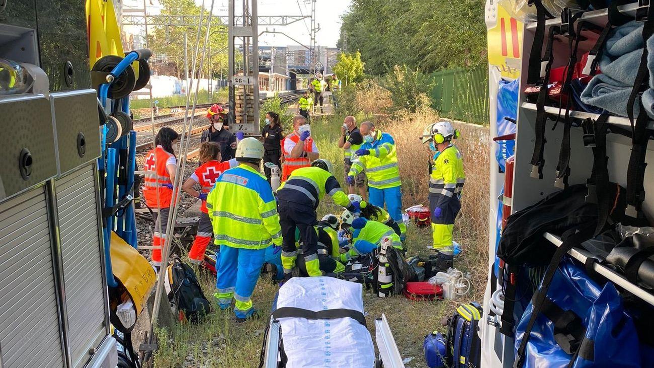Servicios de emergencias auxilian a la mujer golpeada por el tren en Coslada