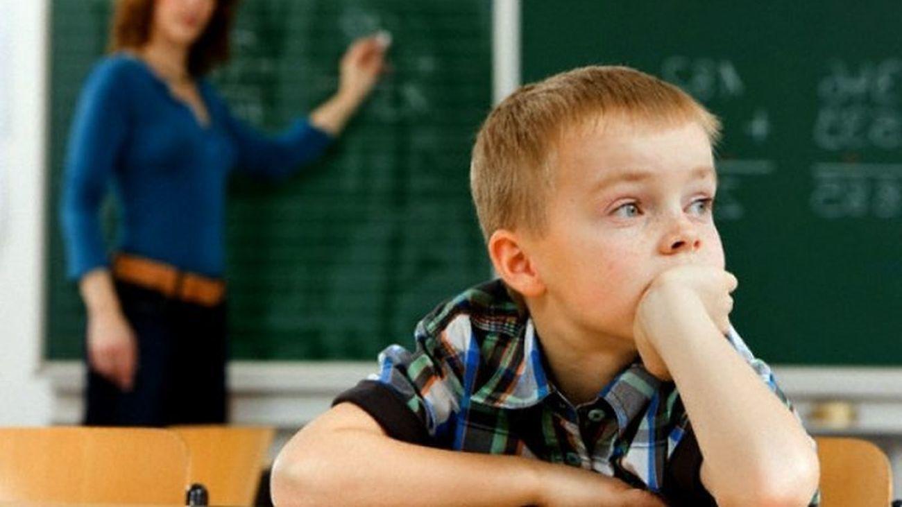 Un alumno en el interior de su aula