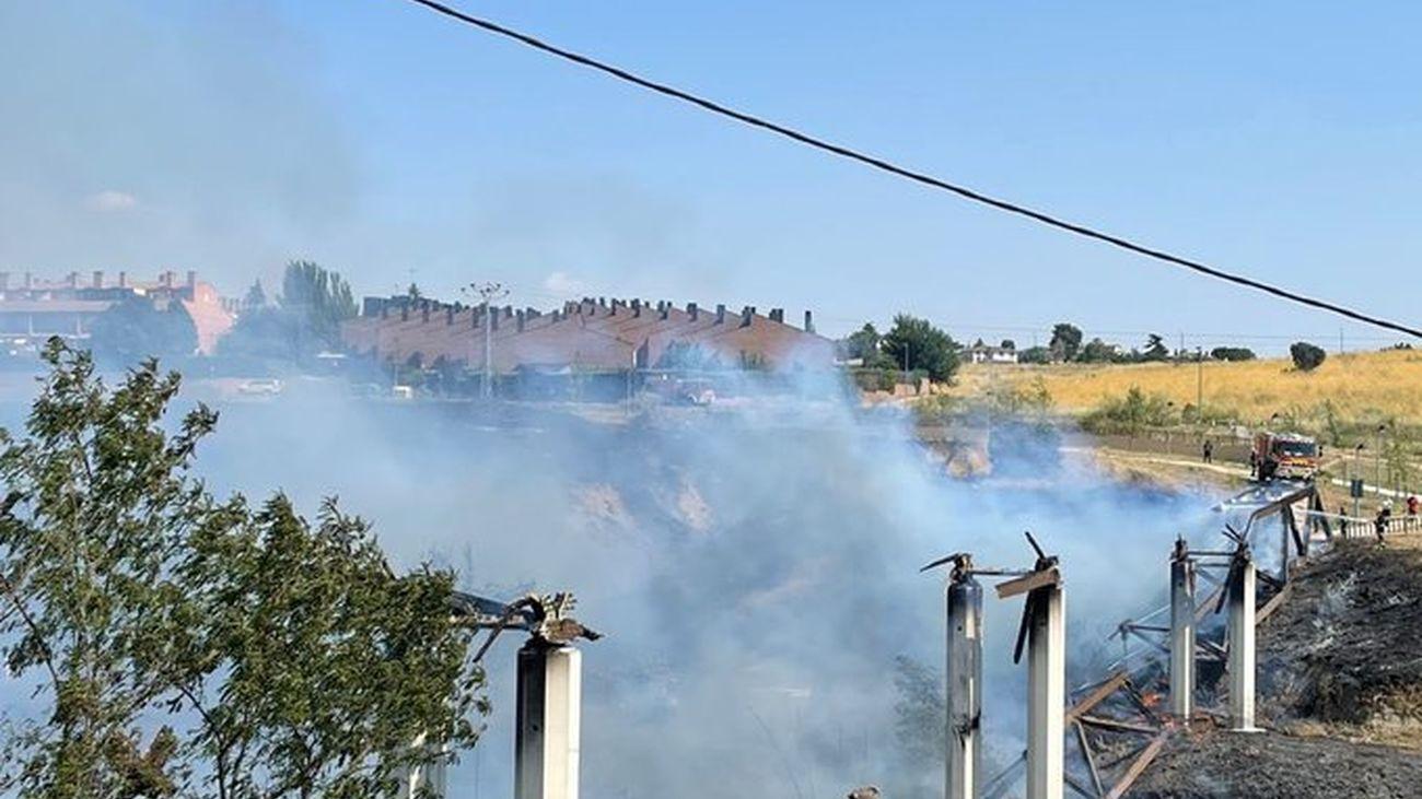 La pasarela que une dos urbanizaciones de Móstoles, destruida por el incendio de este martes