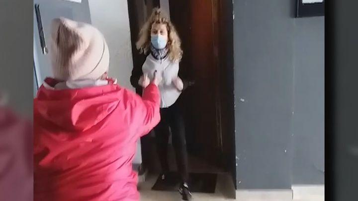 Gritos, insultos y bragas en las puertas: el infierno vecinal que denuncia una mujer de Vallecas