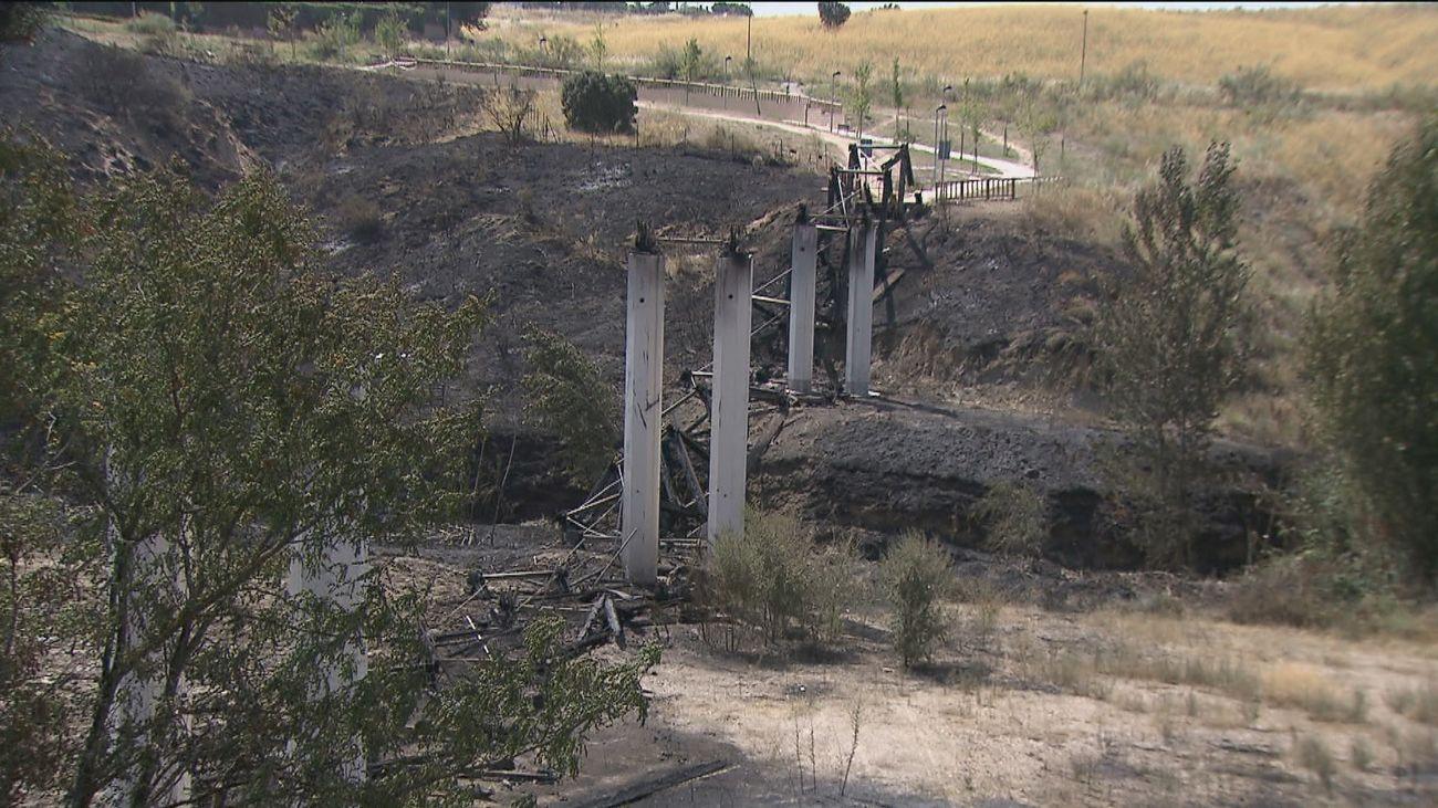 Lugar en donde se encontraba la pasarela de madera que se ha quemado en el incendio