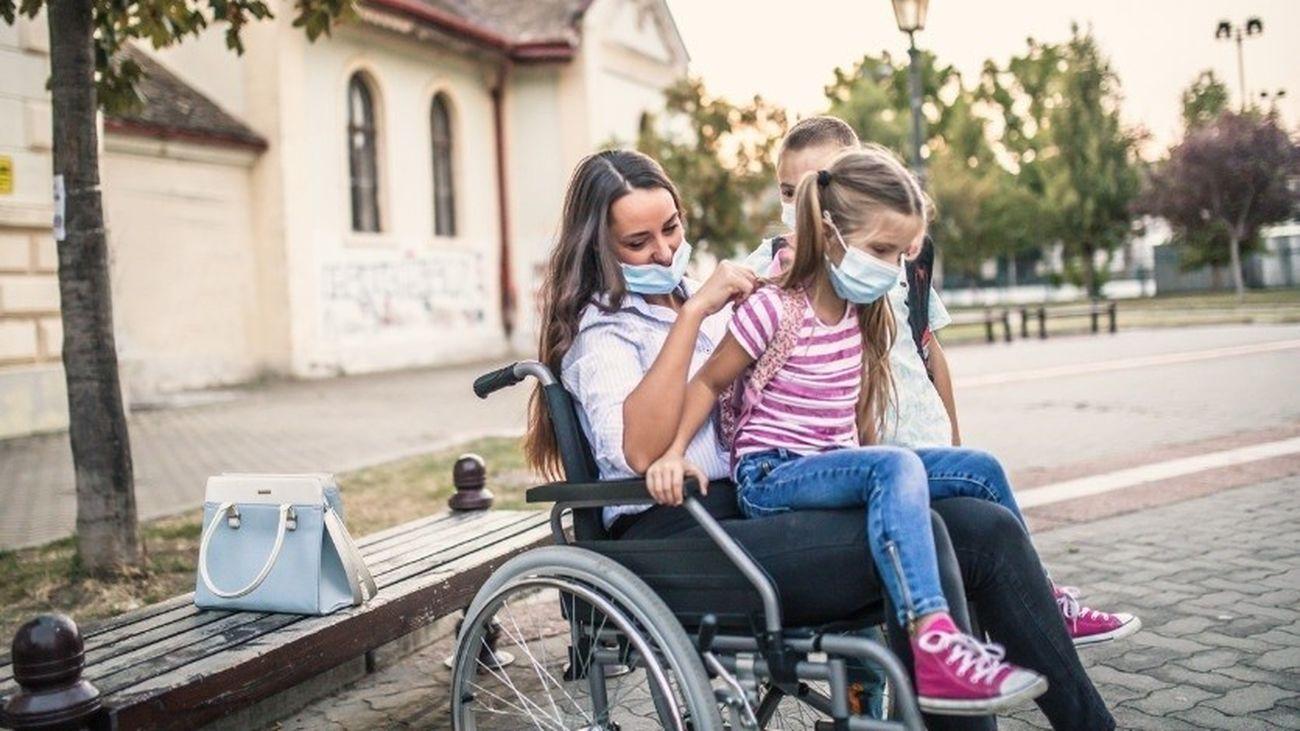 Mujer con esclerosis múltiple en silla de ruedas