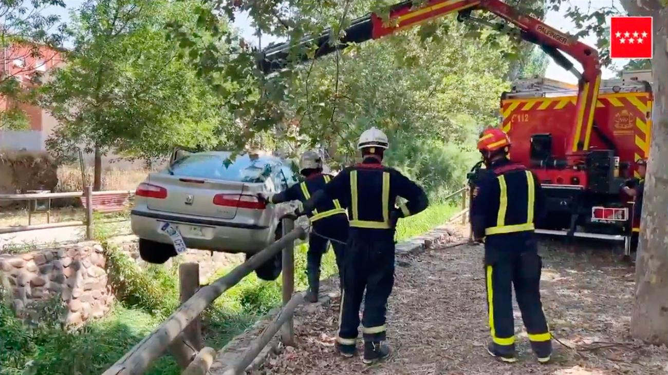 Bomberos de la Comunidad de Madrid rescatan el vehículo que cayó al cauce en Talamanca del Jarama