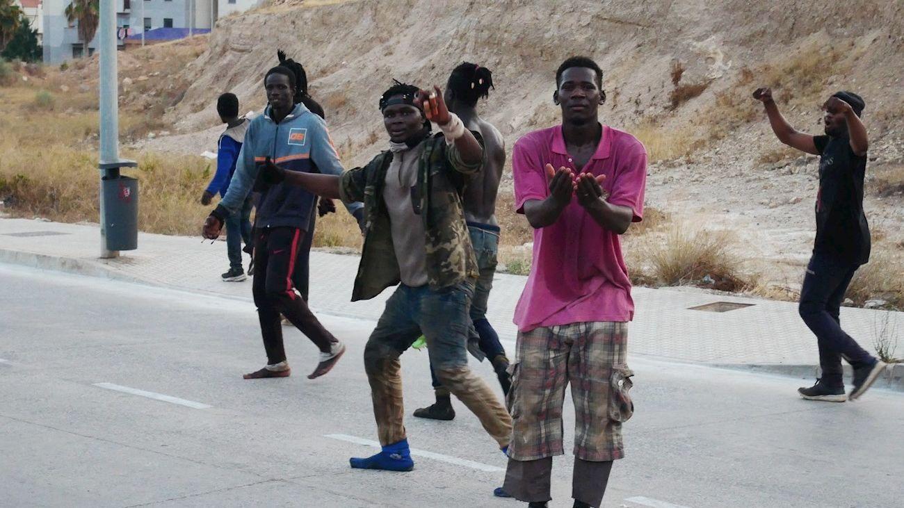 Algunos de los subsaharianos que han saltado este jueves la valla en Melilla