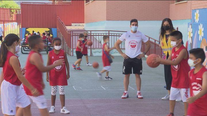 Niños madrileños en riesgo de exclusión disfrutan de un campamento de baloncesto en Vallecas