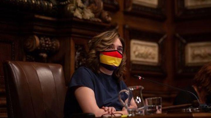 Colau pone el retrato del rey en el Ayuntamiento de Barcelona, llevando una mascarilla con la bandera republicana