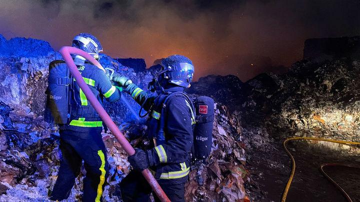 Controlado en Alcorcón el incendio en una empresa de reciclaje de papel y cartón