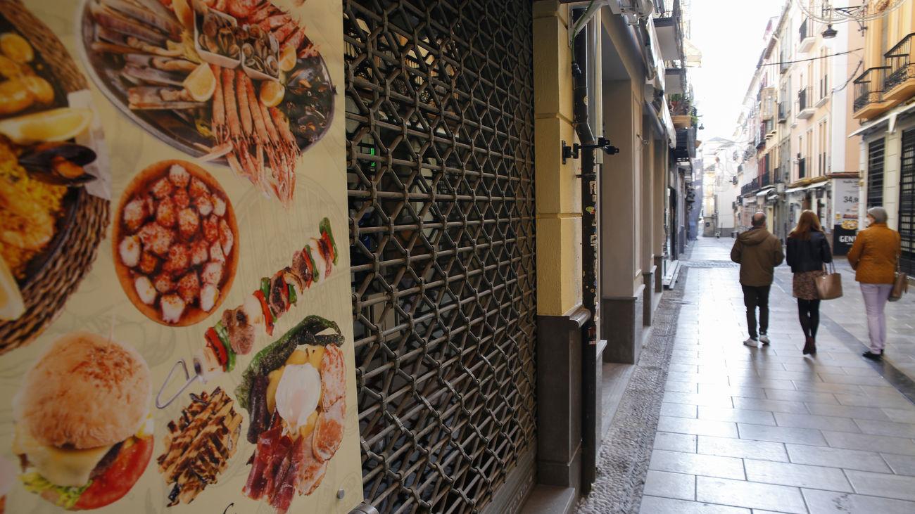 Un comercio cerrado de la calle Navas de Granada