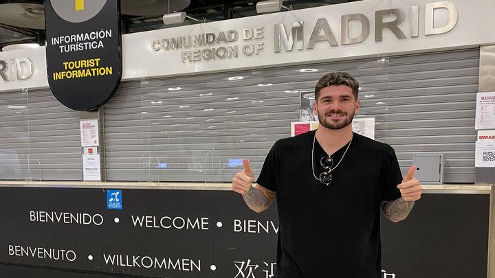 De Paul, flamante fichaje del Atlético, aterriza en Madrid