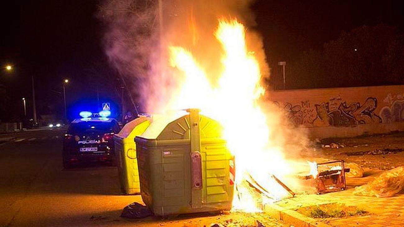 Contenedores de residuos urbanos ardiendo
