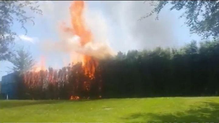 Desalojan la piscina de Mejorada del Campo por un incendio del seto