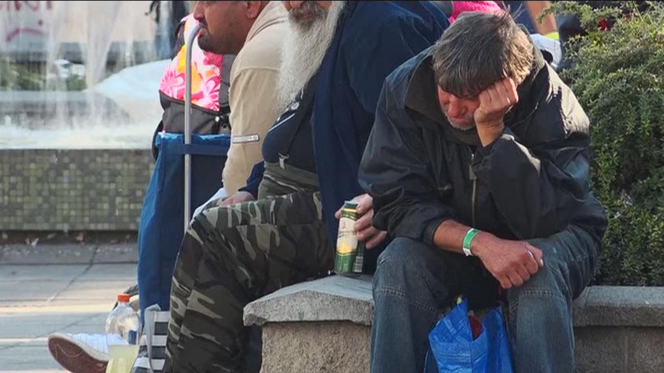 Personas sin hogar en un parque