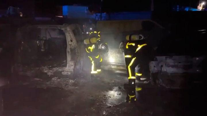 Extinguen un incendio declarado en un depósito de vehículos en Valdemorillo