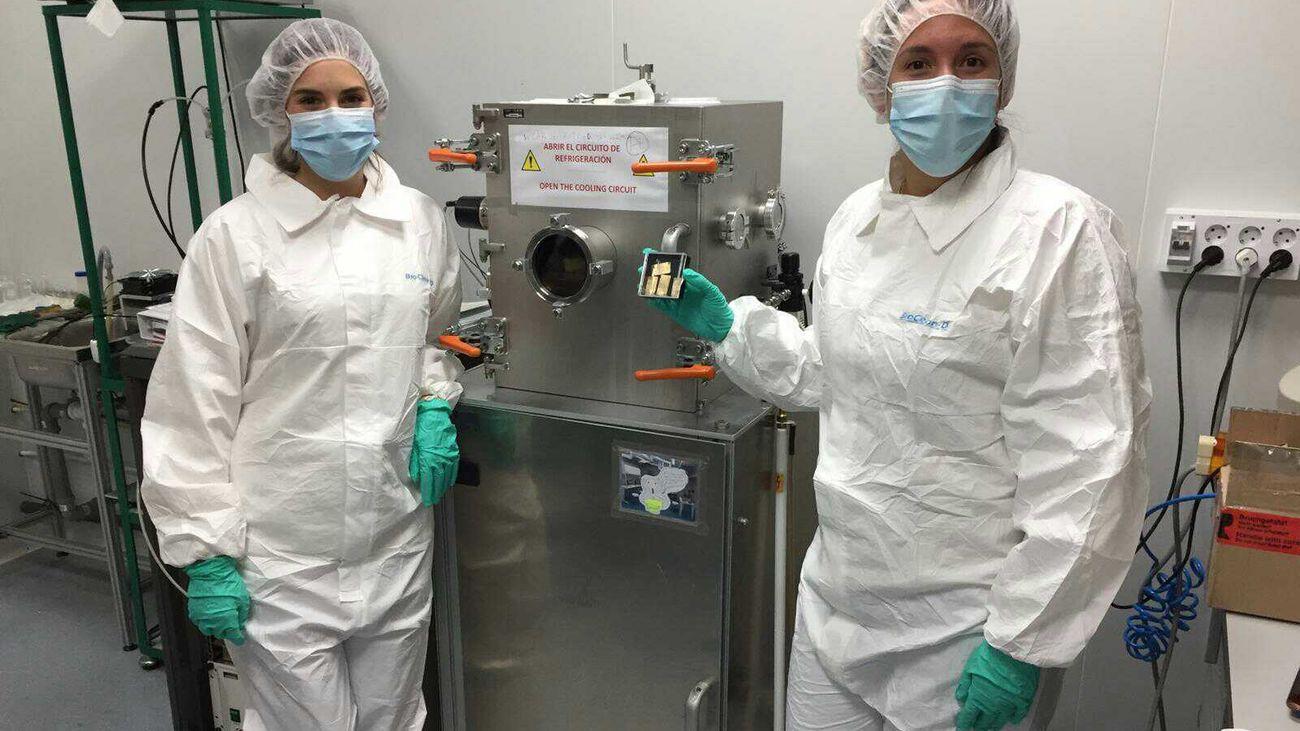 Dos investigadoras de la empresa mostoleña B5TEC