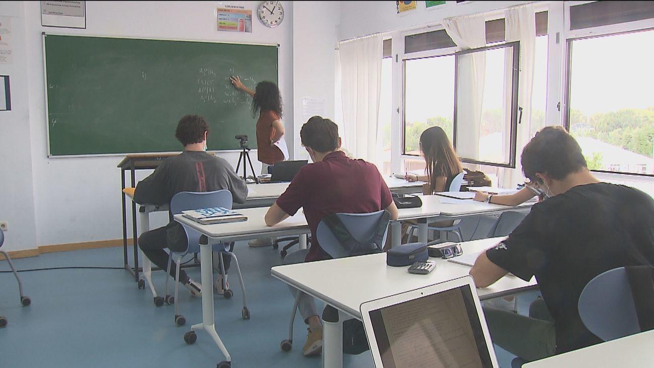 Estudiantes siguen una clase