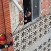 Enorme susto entre unos vecinos de Leganés al caer parte de la celosía de una fachada